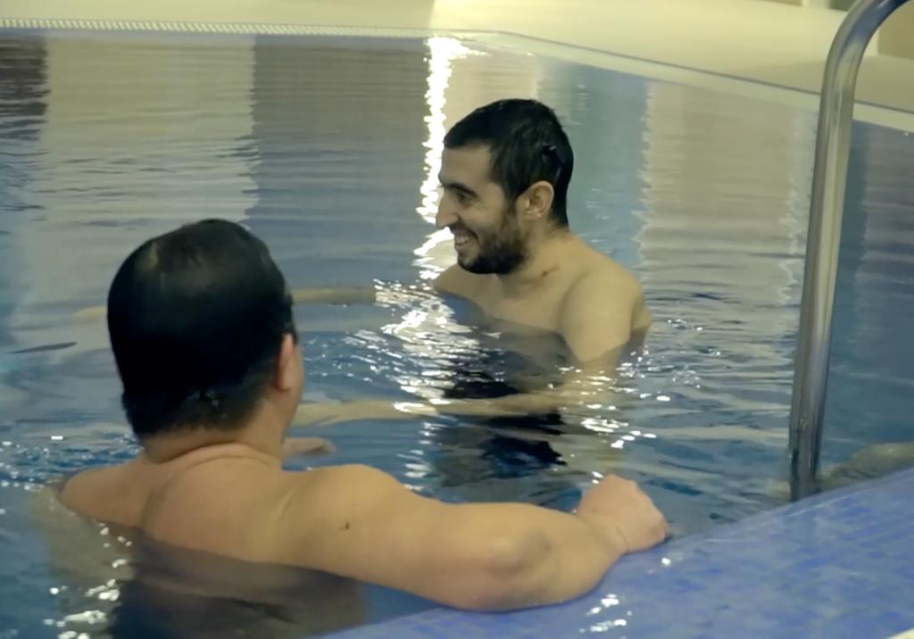 Paziente con cuore artificiale wireless nuota in piscina