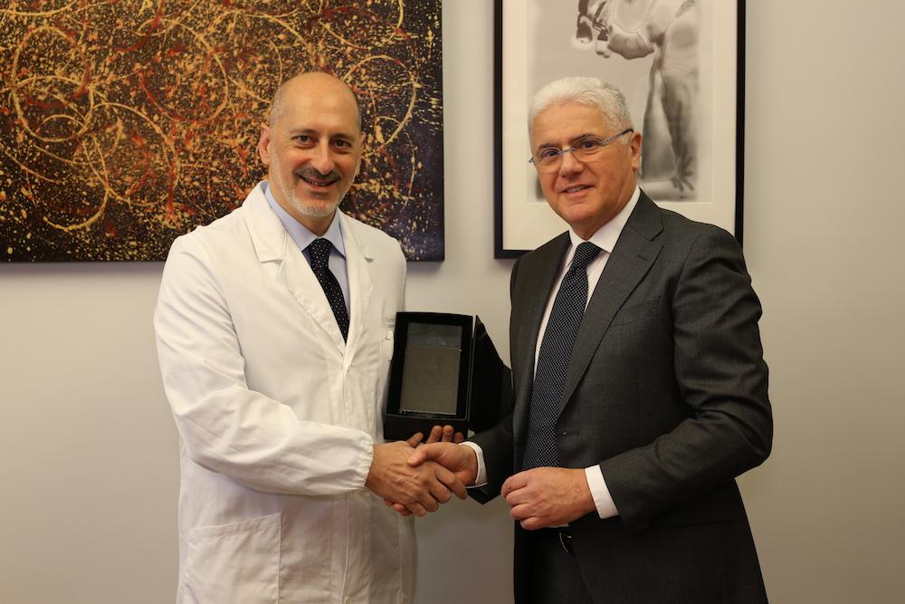 Il Prof. Massetti riceve un premio dal presidente della Artech per i primi impianti del cuore wireless