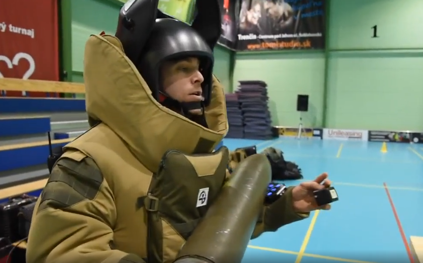 Artificiere NATO trasporte bomba con Cnoga MTX al dito